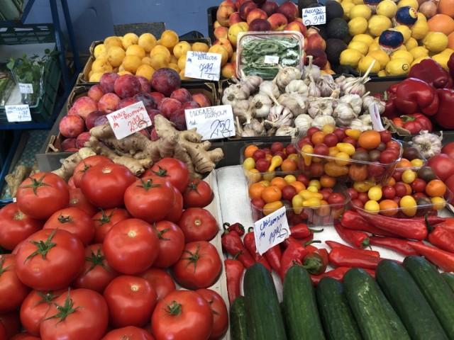 Oto ceny warzyw i owoców oraz grzybów  z BAZAR KOMANDOR, targowiska położonego u zbiegu ulic Komandorskiej i Radosnej we Wrocławiu.