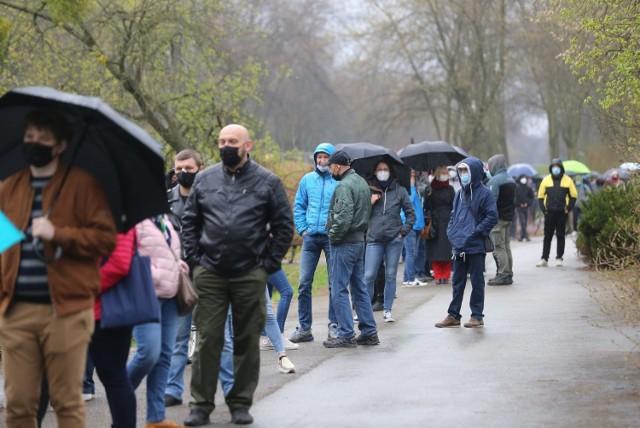 Ogromne kolejki do szczepienia przeciwko koronawirusowi w Parku Śląskim Mieszkańcy czkeją na szczepienia od wczesnych godzin porannych.  Zobacz kolejne zdjęcia. Przesuwaj zdjęcia w prawo - naciśnij strzałkę lub przycisk NASTĘPNE