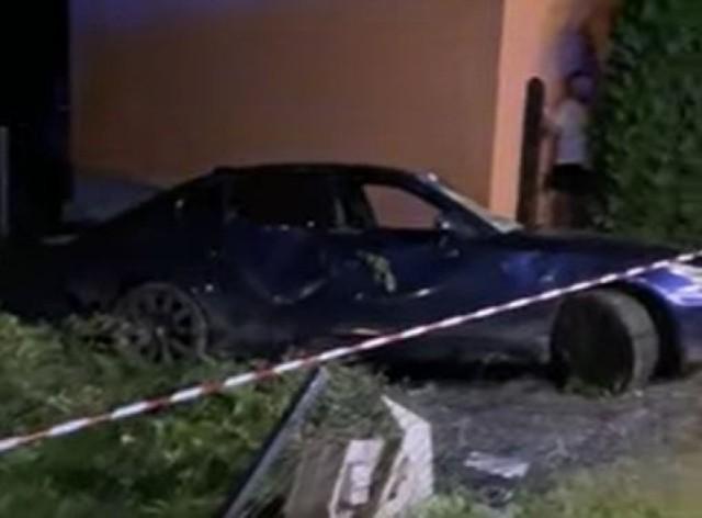 Kierowca stracił panowanie nad autem, w wyniki tego dachował i uderzył w ogrodzenie domu jednorodzinnego