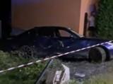 Inwałd k. Andrychowa. BMW dachowało na DK 52 i uderzyło w dom. Kierowca wyprzedzał, jechał za szybko [ZDJĘCIA]
