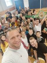 Pleszew. Mateusz Duczmal, mistrz świata WBC Muay Thai, spotkał się z młodzieżą z Centrum Kształcenia i Wychowania OHP