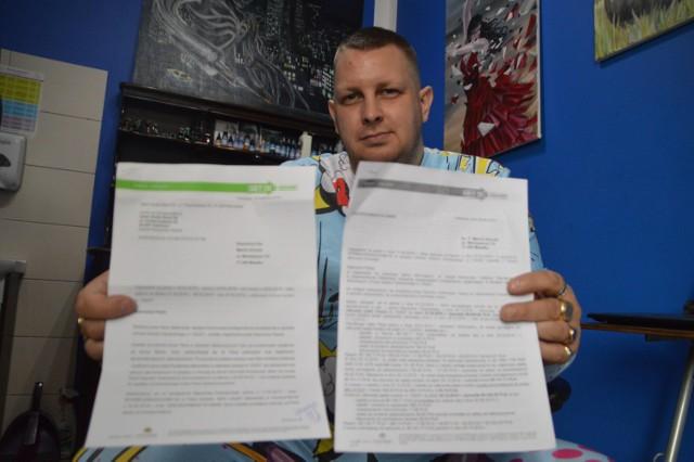 Marcin Krocek pokazuje dwa pisma z jednego banku. Kwoty na nich widniejące są jednak różne.