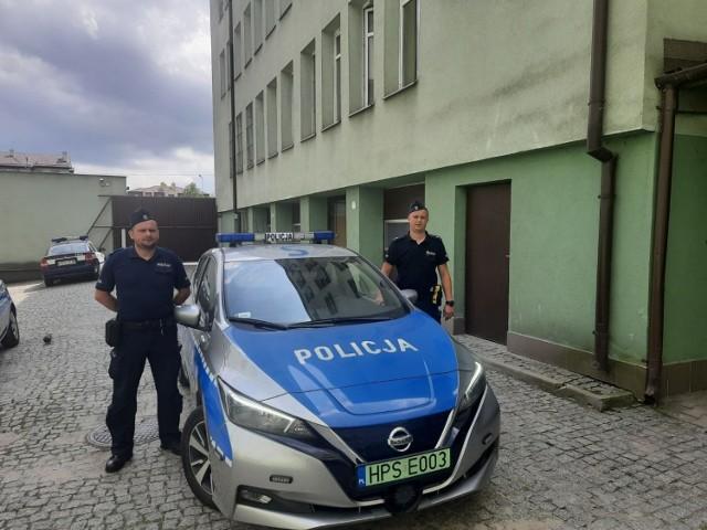 Starszy sierżant Marcin Bis (z lewej) i młodszy aspirant Robert Wiącek uratowali desperata.