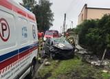 Wypadek w Gorzycach. Golf roztrzaskał się na ogrodzeniu przy ul. Mickiewicza