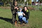 """Świebodzin. Mieszkańcy wzięli udział w akcji """"Jedno dziecko - jedno drzewo"""". Dzieci z rodzicami i dziadkami sadziły 85 drzewek"""