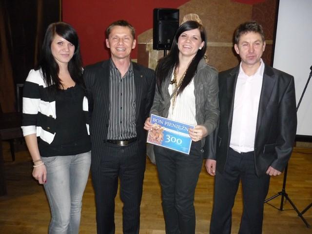 Stoją od lewej: Katarzyna Biernacka, Paweł Olszański, Małgorzata Biernacka i Wiesław Lenda