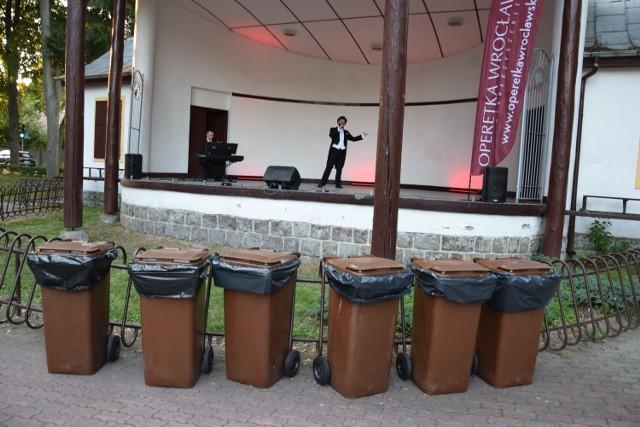 Pojemniki na śmieci przed sceną, a na scenie artyści...