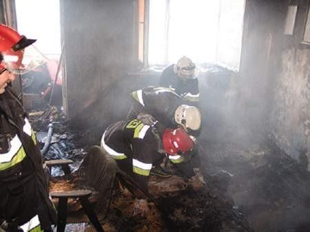 Mimo sprawnej akcji strażaków, lokatora mieszkania nie udało się uratować.