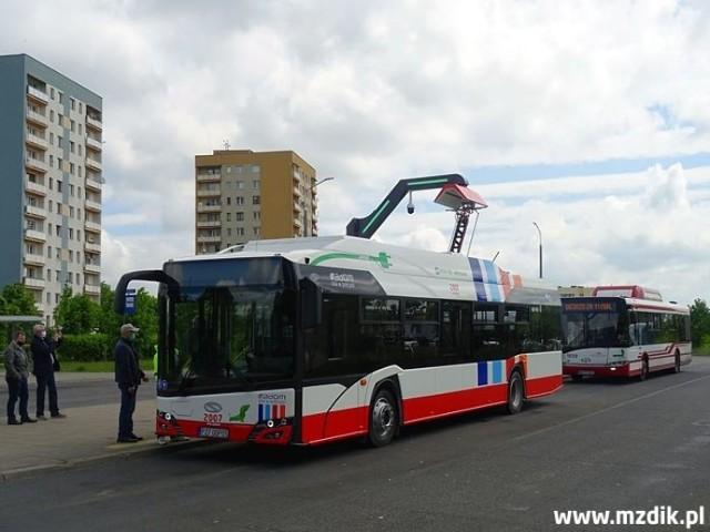 Do Radomia dotarł już komplet dziesięciu autobusów elektrycznych marki Solaris. Nowe pojazdy przechodzą właśnie testy i odbiory. Podobnie dzieje się z infrastrukturą towarzyszącą, w tym przede wszystkim z ładowarkami. Jednocześnie trwają szkolenia kierowców, którym zostaną przydzielone te autobusy. Solarisy będą jeździły na linii 1 z osiedla Południe na Gołębiów.