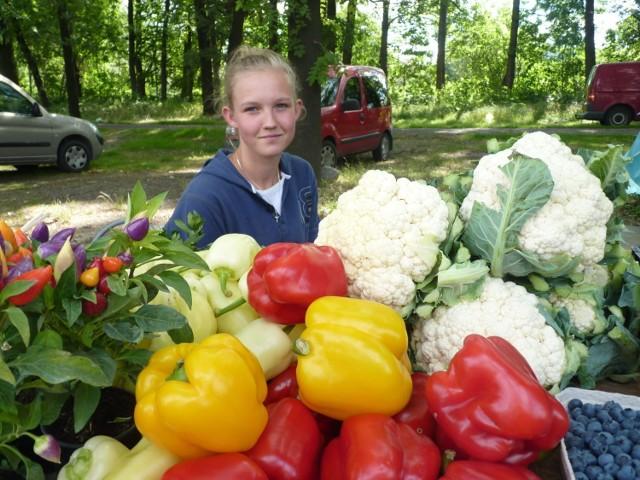 """To bardzo przyjemny reportażyk! Oglądajcie """"Pomagam sprzedawać te warzywa z Igołomii pod Krakowem na tym znanym andrychowskim bazarze ale u siebie występuje w zespole muzycznym - zdradza dziewczyna. Ładna papryczka?"""