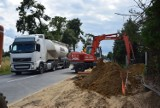 Roboty na drodze krajowej z Wielunia do Gaszyna. Powstanie szlak dla pieszych i rowerzystów ZDJĘCIA