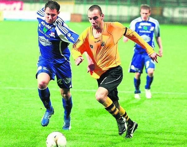 Piłkarze Podbeskidzia (niebieskie stroje) wywieźli z Bukowej cenne trzy punkty