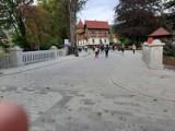 Remont deptaka w Krynicy-Zdrój trwa, ale nie odstrasza turystów. Mimo prac w uzdrowisku w słoneczne dni są tłumy [ZDJĘCIA]