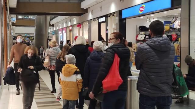 Kolejki do sklepów w galerii Focus Mall w Piotrkowie - ostatni dzień przed zamknięciem galerii handlowych 6.11.2020