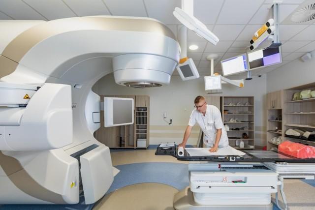 Sprawdzają się prognozy ekspertów, że po pandemii koronawirusa czeka nas pandemia nowotworów. Chorych na raka przybywa i to w zaawansowanym stadium choroby. Sytuacja wygląda bardzo poważnie w całej Polsce. Więcej pacjentów ze schorzeniami onkologicznymi przyjmują też szpitale w regionie m.in. szpital miejski w Toruniu.  Czytaj dalej. Przesuwaj zdjęcia w prawo - naciśnij strzałkę lub przycisk NASTĘPNE