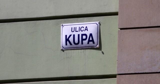 """Kupa   Jedna z najsłynniejszych ulic, znajdująca się na krakowskim Kazimierzu. Wiele osób choć raz zaśmiało się słysząc lub widząc nazwę ulicy, jednak niewiele z nich wie, skąd ona pochodzi. Na sąsiedniej ulicy znajduje się synagoga, która również nazywa się """"Kupa"""". W jidysz słowo to oznacza """"skarb kahału"""", czyli zgromadzenia żydowskiego, z którego ufundowano budowę świątyni.   Znane jest również tłumaczenie, że """"kupa"""" to hebrajskie słowo oznaczające """"kasę"""". To kiedyś właśnie na tej ulicy mieściła się kasa gminy żydowskiej."""