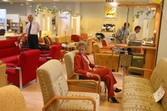 Meble, jakie sprzedawano w salonach w Katowicach na początku XXI wieku.  Zobacz kolejne zdjęcia. Przesuwaj zdjęcia w prawo - naciśnij strzałkę lub przycisk NASTĘPNE
