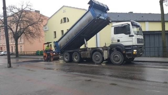 Trwa pozimowe uzupełnianie ubytków w drogach w kolejnych rejonach Chełmna
