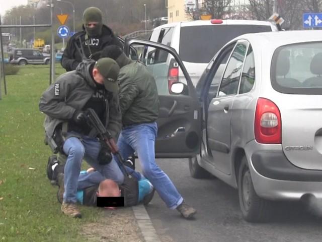 Śledczy podejrzewają, że zatrzymane osoby utworzyły kolejno po sobie działające trzy firmy-słupy, które fałszowały dokumentację związaną z obrotem paliwami płynnymi. W ciągu roku z krajów Unii Europejskiej sprowadzili do Polski 1100 cystern z paliwem.