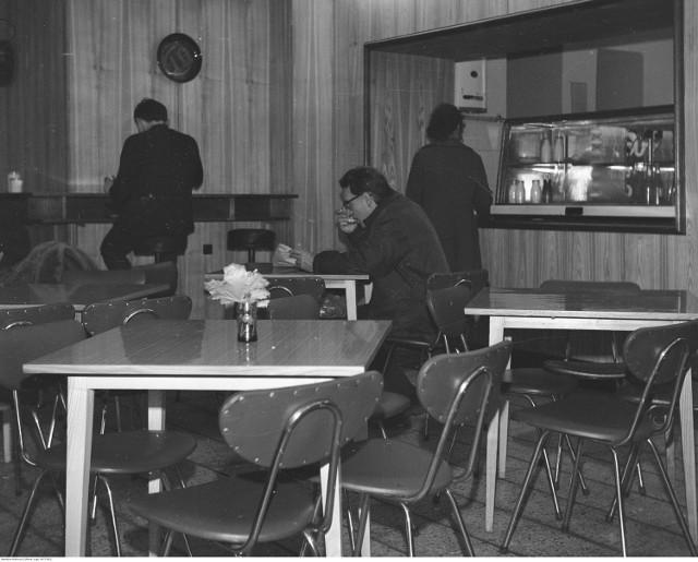 """Pierwszy bar mleczny powstał w Warszawie w 1896 roku. W okresie PRL nastąpił szczególnie intensywny rozwój tego typu placówek. Większość z nich należała do Spółdzielni Spożywców """"Społem"""". Zobaczcie, jakie potrawy można było zjeść w barach mlecznych i jak można je dziś przygotować we własnym domu. Kliknijcie w galerię!"""