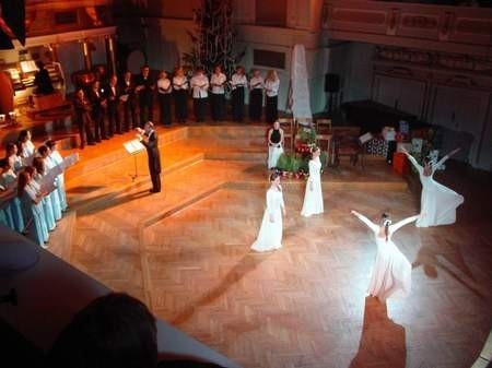 Chóry, tancerki i dyrygent podczas koncertu.  Fot. W. Wylegalski