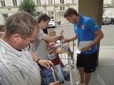 Wrocław: Czesi rozdawali autografy przy hotelu Monopol (ZDJĘCIA)