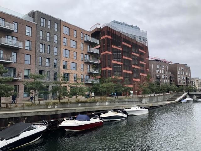 Osiedlowy parking między blokami mógłby być nie tylko wielopoziomowy, co pozwala oszczędzać miejsce, ale i wielofunkcyjny: na parterze sklep, schowek na rowery i miejsce wymiany używanych sprzętów, na dachu: plac zabaw i miejsce na rekreację, a wokół - zieleń. Taki parking stałby się centrum życia lokalnej społeczności. Choć w Bydgoszczy ten pomysł brzmi na razie egzotycznie, na świecie takie konstrukcje wpisują się z powodzeniem w miejski krajobraz. A kamyczek do bydgoskiego ogródka wrzuca Anna Rembowicz-Dziekciowska, dyrektorka Miejskiej Pracowni Urbanistycznej w Bydgoszczy, która podobne rozwiązanie podejrzała podczas służbowej wyprawy do Kopenhagi.