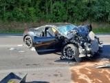 Cztery osoby w tym dziecko poszkodowane w wypadku na DK92. Sportowy Peugeot zderzył się z ciągnikiem rolniczym [ZDJĘCIA]