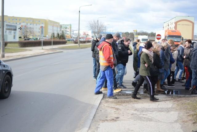 Na ulicy Ikara jest sześć przejść na pieszych, na sąsiedniej - porównywalnej  długości - ulicy Kustronia jest tylko jedno