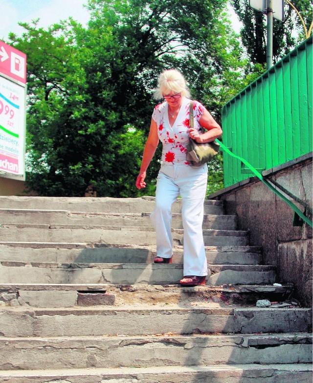 Bogumiła Schonthaler ostrożnie schodzi do przejścia przy ul. Mireckiego