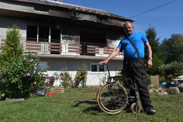 Krzysztof Lis przed spalonym domem. Płomienie strawiły mu między innymi wózki inwalidzkie i nową protezę nogi