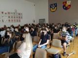 Bezpieczna droga do szkoły. W staszowskim liceum odbyło się spotkanie z policją