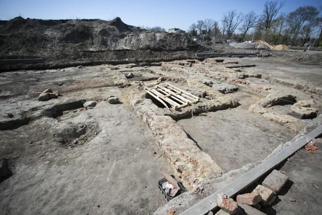 Miejsce badań. Pod widocznymi z tyłu zwałami ziemi kryje się resztą fundamentów klasztoru