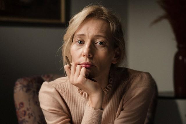 W postać dorosłej Agnieszki Osieckiej w serialu Telewizji Polskiej wciela się Magdalena Popławska