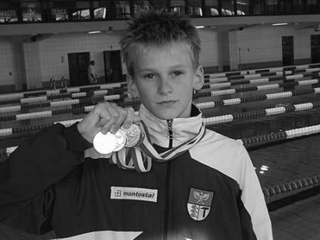 Filip Bujoczek z dumą prezentuje cztery mistrzowskie medale.