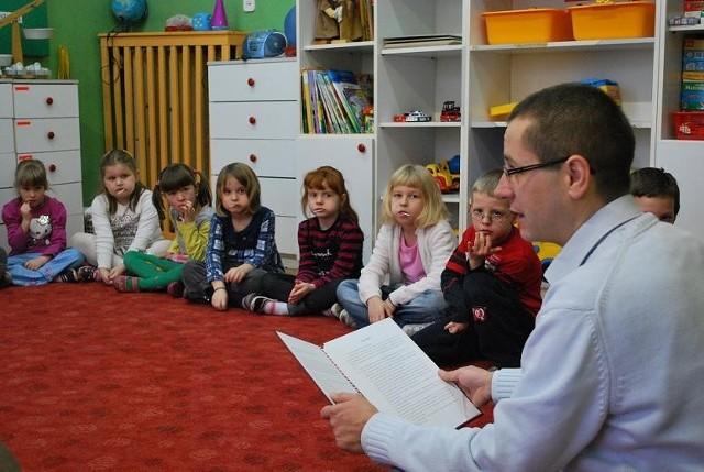 Marcin Błaszkowski czytał dzieciom z Przedszkola nr 6.