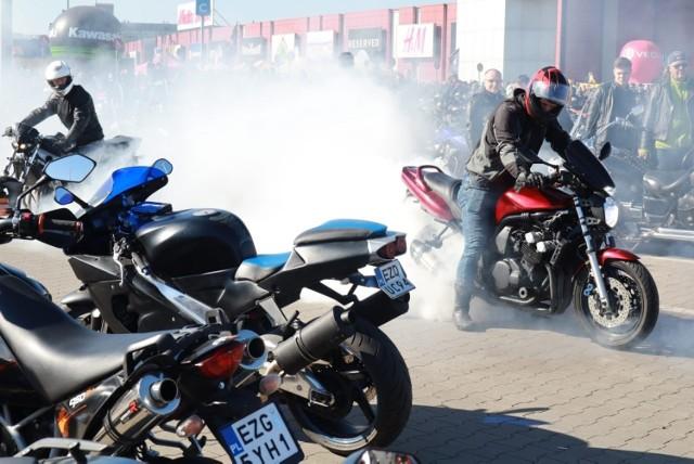 Parking przed Portem Łódź wypełnił się w niedzielę kierowcami, którzy świętowali zakończenie tegorocznego sezonu motocyklowego. Można było wymienić się doświadczeniami, posłuchać muzyki na żywo, a także oddać krew.  Parking wypełnił się kierowcami motocykli nie tylko z Łodzi czy województwa łódzkiego, ale także z dalszych zakątków Polski. W pożegnaniu sezonu udział wzięli m.in. Barbara i Mariusz Kaczmarkowie, którzy od trzech lat poruszają na motocyklu BMW.  Czytaj dalej