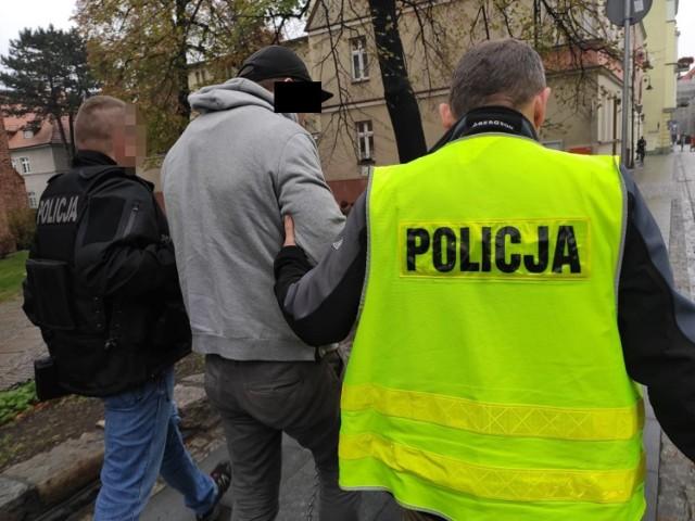 Mężczyzna i kobieta zostali w poniedziałek doprowadzeni do prokuratury