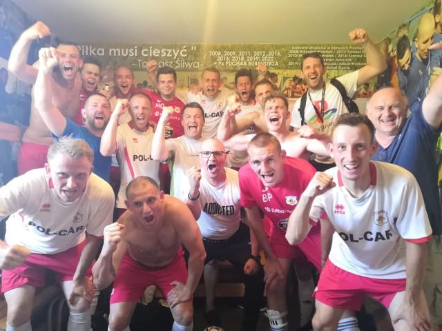 Ekipa Płomienia - radosna po przedostatnim meczu ligi, który dał utrzymanie