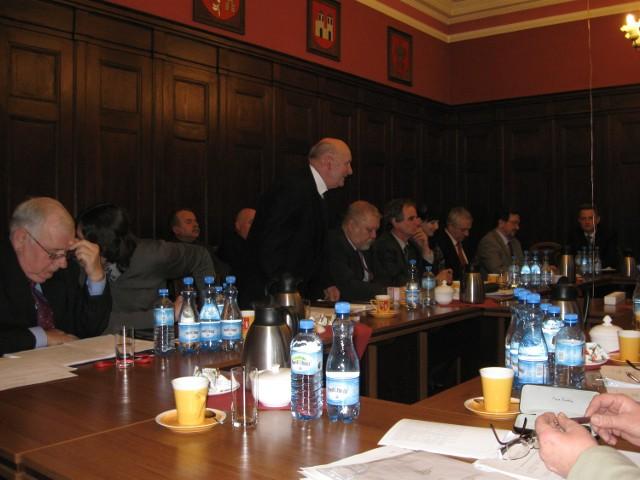 Józef Cierżniak podczas wygłaszania wniosku dotyczącego kontroli polityki finansowej szpitala w Śremie