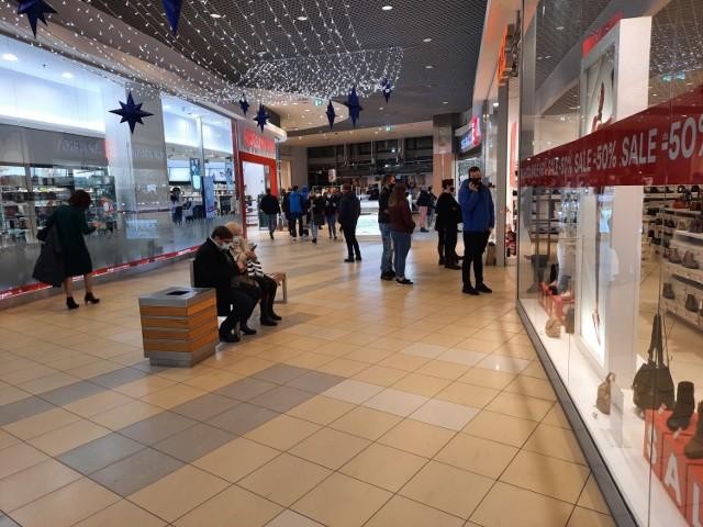 Klienci w galeriach handlowych w ostatnich dniach przed świętami Bożego Narodzenia