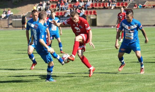 Wojciech Ernest (w środku) ma ofertę z innego klubu IV ligi.