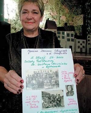 Janina Zenona Stryczak x z przygotowaną przez siebie kartą do szkolnej kroniki.