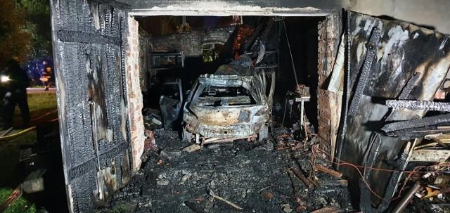 Do poważnego pożaru doszło w nocy ze środy na czwartek w Witoldowie pod Koronowem (powiat bydgoski). Dom uległ spaleniu, na miejscu pracowały cztery zastępy straży pożarnej.   ▶▶ Więcej zdjęć z miejsca zdarzenia w galerii.