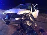 Wypadek na DK 1 w okolicach Kamieńska. Kierowca bmw doprowadził do czołowego zderzenia. Trzy osoby ranne