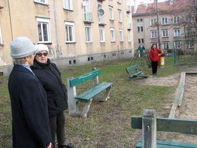 Połamane ławki, przerdzewiałe huśtawki, niebezpieczne piaskownice, łyse trawniki to tylko niektóre  koszmarki, które drażnią mieszkańców osiedla Piastowskiego