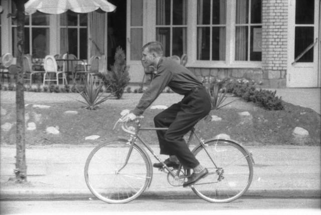 5 sierpnia 1941 r. we Lwowie urodził się Kurt Mazur.  Możecie go nie znać, ale musicie zobaczyć jego zdjęcia! Są przepięknym wspomnieniem po dawnym Gorzowie. I mamy ich mnóstwo! Kurt Mazur do Gorzowa przyjechał w 1945 r. z ojcem Eugeniuszem. Niedługo potem zaczął robić miastu zdjęcia. Wykonał setki fotografii. Dziś są one absolutnie bezcenne z kronikarskiego punktu widzenia. Pokazują miasto, jego mieszkańców, codzienność, wyjątkowe momenty.  K. Mazur bezpłatnie przekazał całą kolekcję GL. Zdjęcia prezentujemy na łamach gazety od lat - przy różnych okazjach. K.Kurt w Gorzowie mieszkał do 1963 r. Wtedy właśnie - jak czytamy na stronie Muzeum Lubuskiego - wyjechał z rodziną do Heidelbergu, gdzie skończył studia medyczne. W 1971  roku zamieszkał w Stuttgarcie i pracował tam jako chirurg plastyczny. Od 2006 r. jest na zasłużonej emeryturze.  ZOBACZ JAK GORZÓW WYGLĄDAŁ 20 LAT TEMU