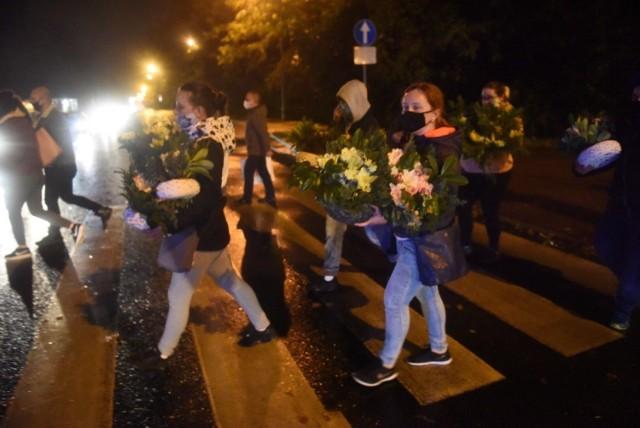 Premier Mateusz Morawiecki zapowiedział w piątek, że 31 października oraz 1 i 2 listopada cmentarze w całej Polsce będą zamknięte. To spowodowało, że w piątkowe popołudnie tłumy ruszyły na nekropolie, żeby w ostatniej chwili zostawić na grobach znicze i kwiaty.   Zgodnie z decyzją Prezydenta Miasta Zielona Góra Zakład Gospodarki Komunalnej odkupi od zielonogórskich handlowców - w cenach hurtowych - chryzantemy w doniczkach, których nie udało im się sprzedać. Trafią one na ronda, skwery oraz do parków. Wszystkie osoby zainteresowane taką formą pomocy powinny się kontaktować z ZGM. Od jutra (31.10) od godz. 8:00 rano można dzwonić pod nr 609 453 791.  Zobacz, jak sytuacja wyglądała w Zielonej Górze.   Polecamy wideo: Na Wszystkich Świętych cmentarze będą zamknięte
