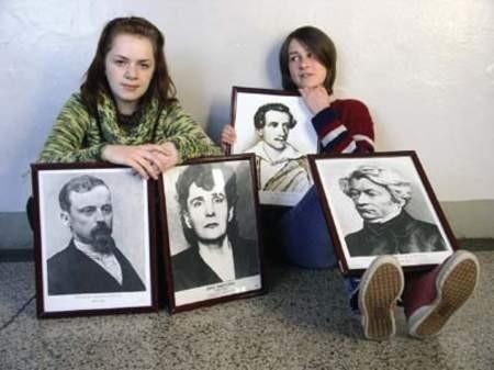 Monika Serafin już studiuje w Krakowie, więc do zdjęcia (z portretami wybitnych polskich pisarzy) pozowały nam w środę Katarzyna Szkaradnik i Anna Fober.