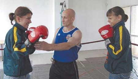 Trener DKB Marek Kołakowski  przygotowuje Karinę Kopińską i Bojanę Libiszewską do mistrzowskiego turnieju .
